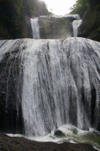 滝の水が跳ねてます