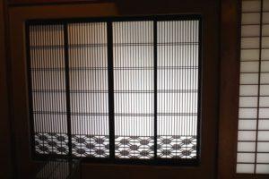 格子窓の細工が素敵