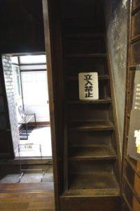 使用人部屋への階段