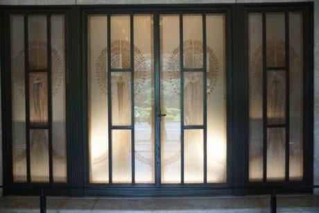 ラリックデザインのガラス扉
