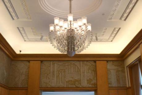 アンリ・ラパンの壁画とライト