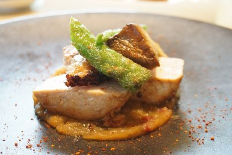 塩麹でマリネした豚ロースのコンフィ サラミと玉ねぎのチャツネ