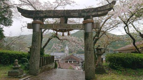 崎津神社の鳥居と崎津教会