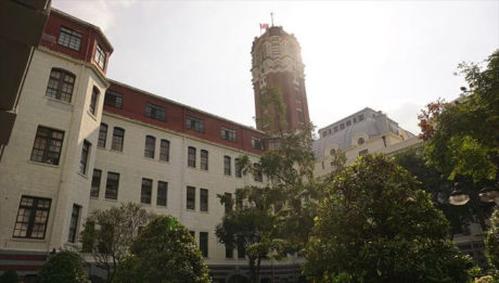 旧台湾総督府の庭から眺める